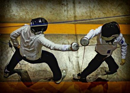 Dos jóvenes espadistas en medio de una de sus clases